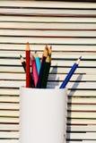 五颜六色的铅笔和书堆 库存照片