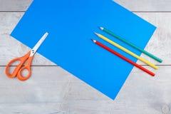 五颜六色的铅笔和文具在木书桌上 库存照片