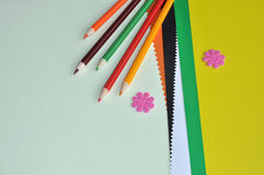 五颜六色的铅笔和颜色纸张 库存图片