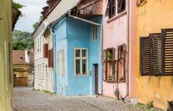 五颜六色的铺有鹅卵石的街道在Sighisoara 图库摄影