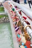 五颜六色的锁桥梁 库存照片
