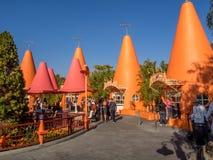 五颜六色的锥体报亭在Carsland,迪斯尼加利福尼亚冒险公园 库存图片