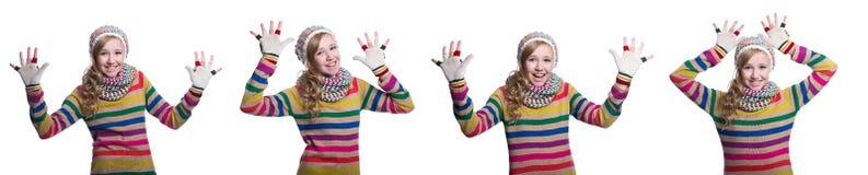 戴五颜六色的镶边毛线衣、围巾、手套和帽子的逗人喜爱的快乐的十几岁的女孩隔绝在白色背景 冬天衣裳 库存照片