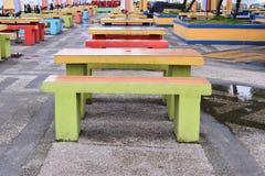 五颜六色的长凳在公园 库存图片