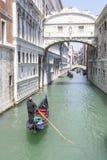 五颜六色的长平底船在叹气桥梁,威尼斯,意大利下 免版税库存图片