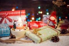 五颜六色的闪烁发光物在顶头雪人上打开了 库存图片
