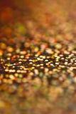 五颜六色的闪烁绿色黄色摘要垂直的背景光bokeh 免版税库存照片