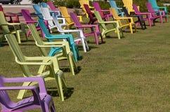 五颜六色的阿迪朗达克椅子在公园 免版税库存照片