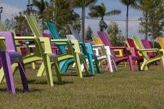 五颜六色的阿迪朗达克椅子在公园 免版税图库摄影