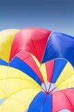 五颜六色的降伞 免版税库存图片