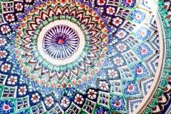 五颜六色的陶瓷器皿手工造在白色背景隔绝的碗 免版税图库摄影