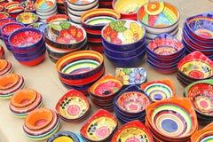 五颜六色的陶瓷纪念品在锡内乌,马略卡,西班牙市场上  免版税库存图片