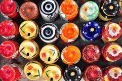 五颜六色的陶瓷罐在跳蚤市场上 免版税库存照片