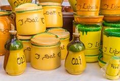 五颜六色的陶瓷罐在巴伦西亚旅游市场上  库存图片