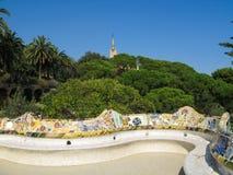 五颜六色的陶瓷长凳在公园Guell在巴塞罗那,西班牙 免版税库存照片