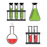 五颜六色的集合化工船和烧瓶有绿色,红色液体的 ?? 皇族释放例证