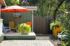 五颜六色的露台和椅子场面 免版税库存图片