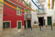 五颜六色的露台在里斯本 免版税库存照片