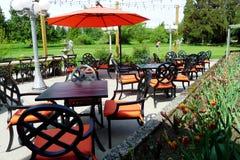 五颜六色的露台有高尔夫球场视图 免版税库存图片