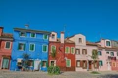 五颜六色的露台的房子概要在晴天在Burano 免版税库存照片