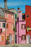 五颜六色的露台的房子概要在晴天在Burano 库存照片