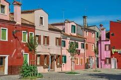 五颜六色的露台的房子概要在晴天在Burano 免版税库存图片