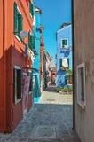 五颜六色的露台的房子概要在晴天在Burano 图库摄影