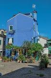 五颜六色的露台的房子概要在晴天在Burano 库存图片