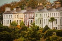 五颜六色的露台的议院 科芙 爱尔兰 库存图片