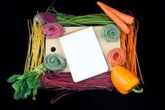 五颜六色的面团和它的自然染料在木书桌上以开放倒空 库存图片