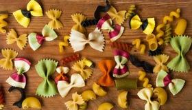 五颜六色的面团的分类在木背景,意大利食物的 库存图片