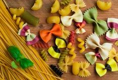 五颜六色的面团的分类在木背景,意大利食物的 免版税库存图片