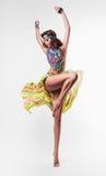 五颜六色的项链的动态跳舞妇女 免版税库存图片