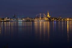 五颜六色的风帆船在夜之前 免版税库存图片