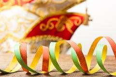 五颜六色的飘带和狂欢节帽子 库存图片