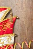 五颜六色的飘带和狂欢节帽子 免版税库存图片