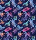 五颜六色的飞蛾与飞溅无缝的样式 在时髦梯度的装饰手拉的蝴蝶 向量例证