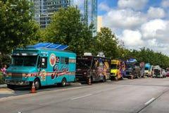 五颜六色的食物卡车在达拉斯街上连续停放了 免版税库存照片