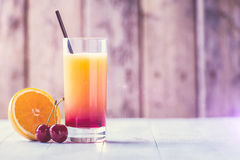 五颜六色的饮料在一个热的夏日 免版税库存图片