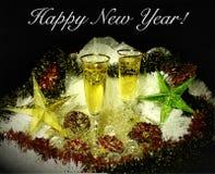 五颜六色的饮料用香槟和桌 作为卡片或海报的用途 免版税库存照片