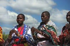 五颜六色的马塞人妇女 免版税图库摄影
