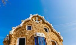 五颜六色的马赛克大厦在公园Guell 温暖的太阳光,巴塞罗那,西班牙 库存图片