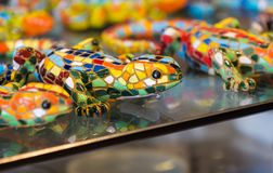 五颜六色的马赛克蜥蜴纪念品,巴塞罗那 免版税库存照片