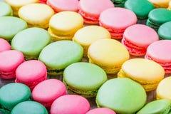 五颜六色的鲜美蛋白杏仁饼干,法国甜纤巧,蛋白杏仁饼干纹理关闭 库存照片
