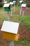 五颜六色的鸟房子在庭院里 免版税图库摄影