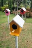 五颜六色的鸟房子在庭院里 库存照片