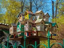 五颜六色的鸟舍手工制造与一张绘画在公园 免版税库存照片