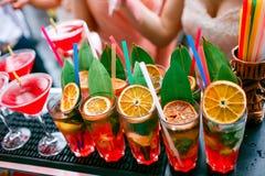 五颜六色的鸡尾酒关闭 一个露天党 在雨以后 免版税库存图片