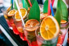五颜六色的鸡尾酒关闭 一个露天党 在雨以后 免版税库存照片