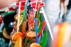 五颜六色的鸡尾酒关闭 一个露天党 在雨以后 库存照片